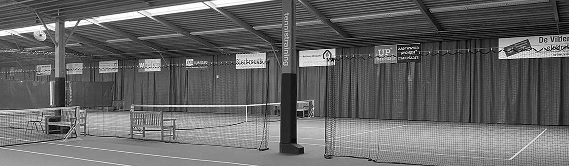 reclamebord in de fablo tennishal
